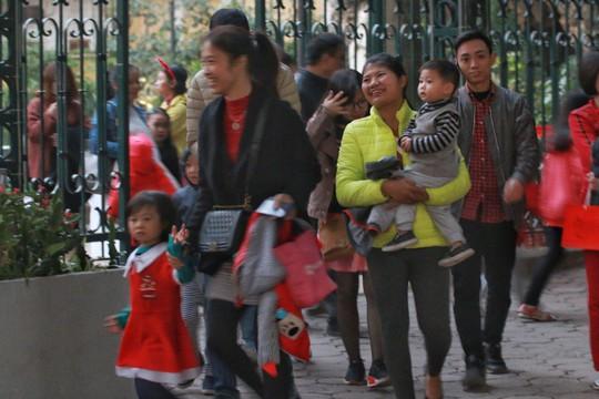 Hà Nội: Mọi đường đến Nhà thờ Lớn tắc nghẽn đêm Noel - Ảnh 5.