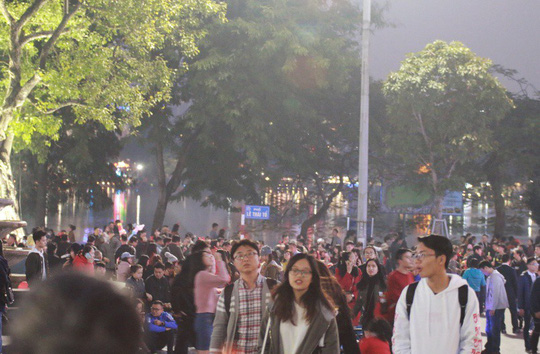 Hà Nội: Mọi đường đến Nhà thờ Lớn tắc nghẽn đêm Noel - Ảnh 7.