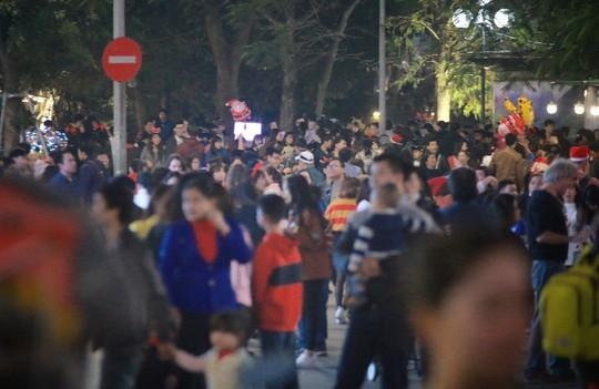 Hà Nội: Mọi đường đến Nhà thờ Lớn tắc nghẽn đêm Noel - Ảnh 8.
