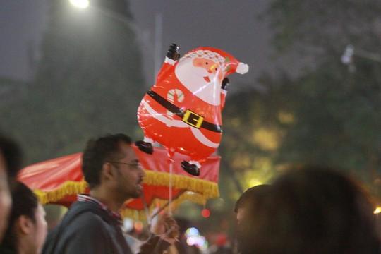 Hà Nội: Mọi đường đến Nhà thờ Lớn tắc nghẽn đêm Noel - Ảnh 9.