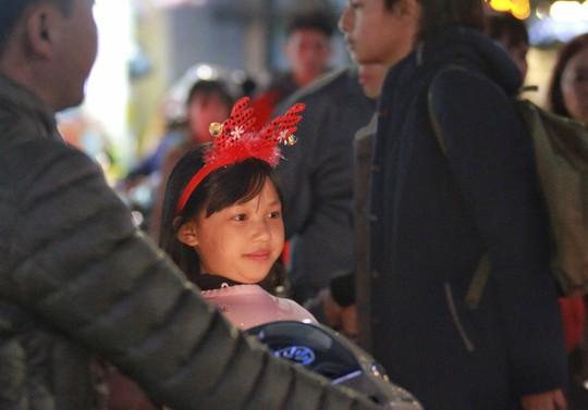 Hà Nội: Mọi đường đến Nhà thờ Lớn tắc nghẽn đêm Noel - Ảnh 11.