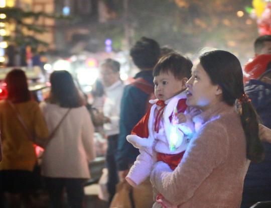 Hà Nội: Mọi đường đến Nhà thờ Lớn tắc nghẽn đêm Noel - Ảnh 12.