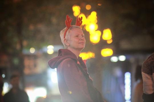 Hà Nội: Mọi đường đến Nhà thờ Lớn tắc nghẽn đêm Noel - Ảnh 14.