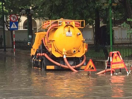 Mưa lớn, dân bì bõm trên nhiều tuyến phố  Hà Nội ngập sâu - Ảnh 9.