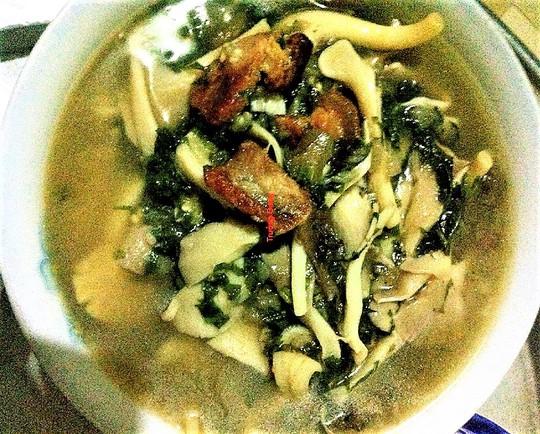 Canh cà nấu nấm: Ấm lòng ngày mưa - Ảnh 1.