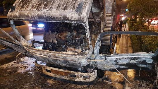 Cabin xe tải cháy trơ khung trên đường Cộng Hòa - Ảnh 3.