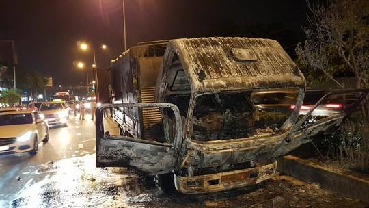 Cabin xe tải cháy trơ khung trên đường Cộng Hòa - Ảnh 2.