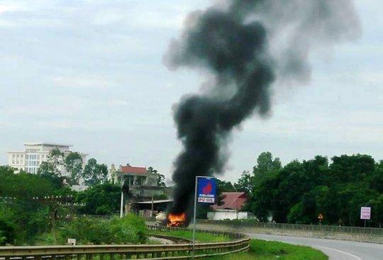 Xe chở xăng dầu bốc cháy ngùn ngụt trên Quốc lộ 1A - Ảnh 1.