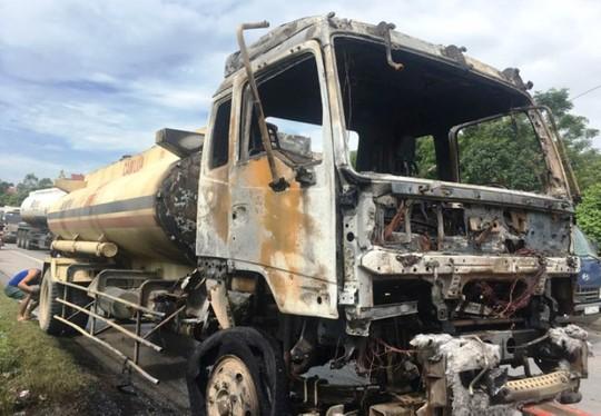 Xe chở xăng dầu bốc cháy ngùn ngụt trên Quốc lộ 1A - Ảnh 2.