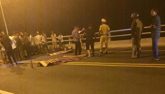 Va chạm xe máy trên cầu Giao Thủy, 2 người chết - Ảnh 1.