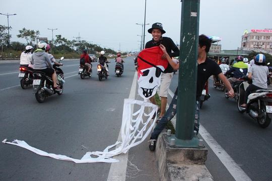 Hai thanh niên chạy ra lượm một chiếc diều lớn đứt dây rơi xuống đường. May mắn, chiếc diều rơi vào lúc không có xe cộ chạy qua nên không gây tai nạn.