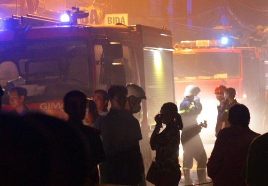 Khoảng 22 giờ cùng ngày, ngọn lửa cơ bản được không chế nhưng than hồng và khói vẫn bốc lên mịt mù. Theo thông tin ban đầu, 1 xưởng bao bì, 2 nhà dân và 1 dãy khoảng 8 phòng trọ bị thiêu rụi. Ngoài ra nhiều nhà dân khác bị ảnh hưởng nặng nề.