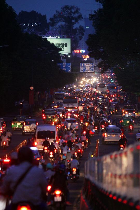 Càng về đêm, các trục đường phía Tây như quốc lộ 1, Trường Chinh, Cộng Hòa, Võ Văn Kiệt đông đúc hơn, xe cộ lưu thông khó khăn nhưng ít xảy ra tình trạng kẹt xe.