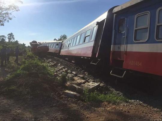 Tàu hỏa bị máy xúc húc trật bánh, hàng trăm hành khách thoát chết - Ảnh 4.