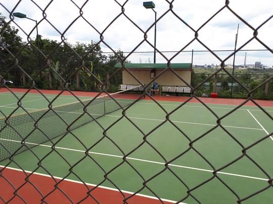 UBND xã nghèo vẫn xây sân tennis - Ảnh 1.