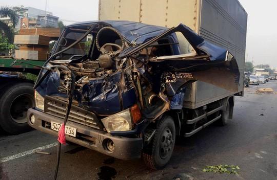 Tai nạn nghiêm trọng gần cầu vượt Sóng Thần - Ảnh 3.