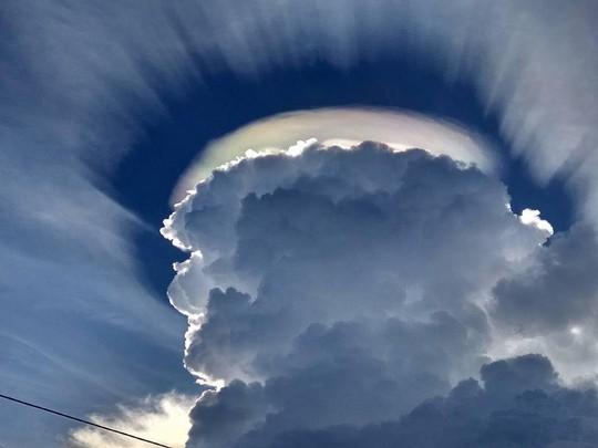 Vầng hào quang kỳ lạ trên bầu trời Đắk Lắk - Ảnh 1.