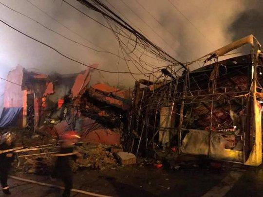 Siêu thị cháy dữ dội trong đêm mưa lớn do bão số 10 - Ảnh 2.