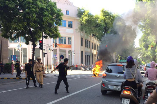 Đang chạy, xe tay ga bất ngờ bốc cháy giữa phố Tràng Tiền - Ảnh 2.