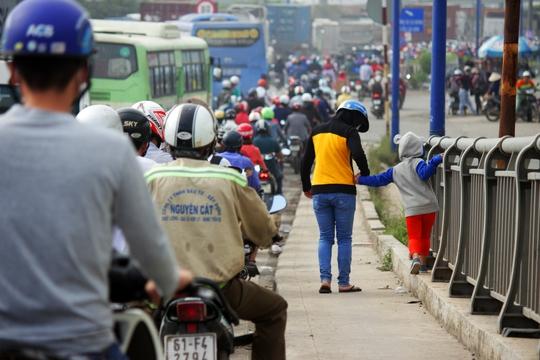 Khoảng 7 giờ 30 sáng 9-1, lượng xe cộ đông đúc đổ về xa lộ Hà Nội (quận 2, TP HCM) khiến nhiều nơi ùn ứ giao thông. Tại khu vực nút giao thông cảng Cát Lái, xe cộ ùn ứ, lưu thông hết sức khó khăn.