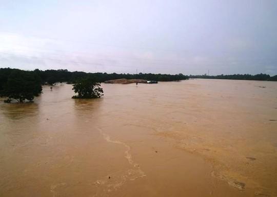 Cận cảnh Bắc Trung Bộ chìm trong mưa lũ - Ảnh 5.