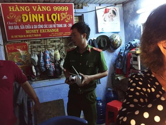 Lực lượng công an thu giữ camera của chủ tiệm vàng để phục vụ điều tra