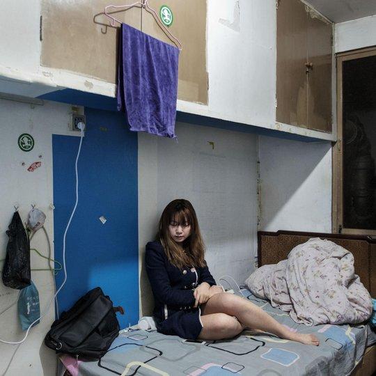 Một cô gái trẻ bên trong căn phòng dưới lòng đất. Ảnh: Antonio Faccilongo