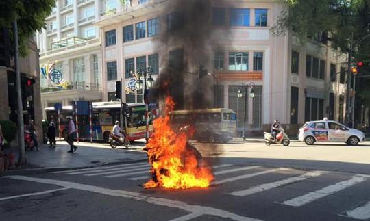 Đang chạy, xe tay ga bất ngờ bốc cháy giữa phố Tràng Tiền - Ảnh 1.