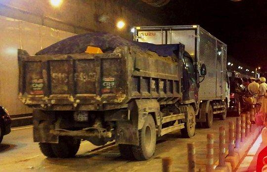 Tai nạn liên hoàn trong hầm vượt sông Sài Gòn, Audi dính chặt - Ảnh 1.