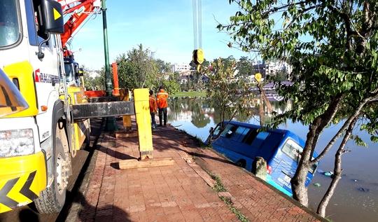 Xe khách mất lái lao thẳng xuống hồ Xuân Hương - Ảnh 1.