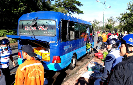 Xe khách mất lái lao thẳng xuống hồ Xuân Hương - Ảnh 2.