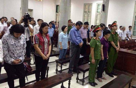 Cựu đại biểu QH Châu Thị Thu Nga che mặt vào tòa - Ảnh 4.