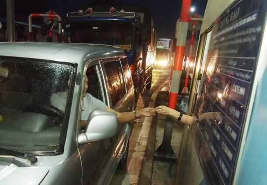 Tài xế dùng tiền lẻ, BOT Biên Hòa vẫn không xả trạm - Ảnh 2.