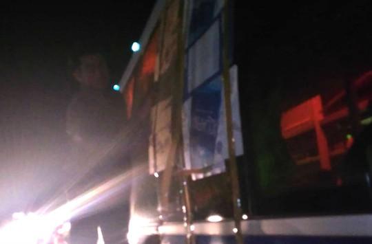 Hàng loạt xe bị ném đá khi đi qua đường tránh BOT Cai Lậy - Ảnh 2.