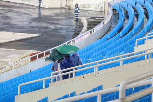 Khán giả bế con, đội mưa cổ vũ tuyển Việt Nam đấu Campuchia - Ảnh 3.