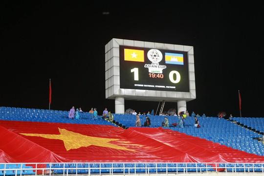 Khán giả bế con, đội mưa cổ vũ tuyển Việt Nam đấu Campuchia - Ảnh 10.