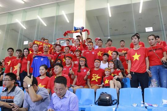 Khán giả bế con, đội mưa cổ vũ tuyển Việt Nam đấu Campuchia - Ảnh 8.