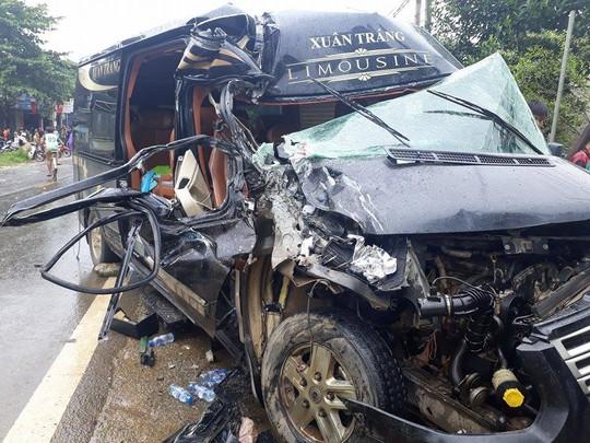 Xe Limoussine 16 chỗ tông xe tải, nữ hành khách kẹt trong đầu xe - Ảnh 2.