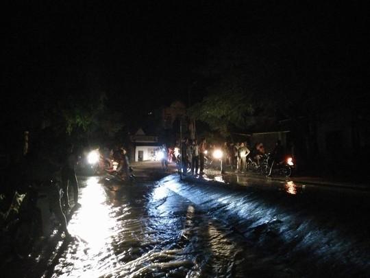 Nước lũ tràn đê sông Bưởi, khẩn cấp sơ tán dân - Ảnh 1.