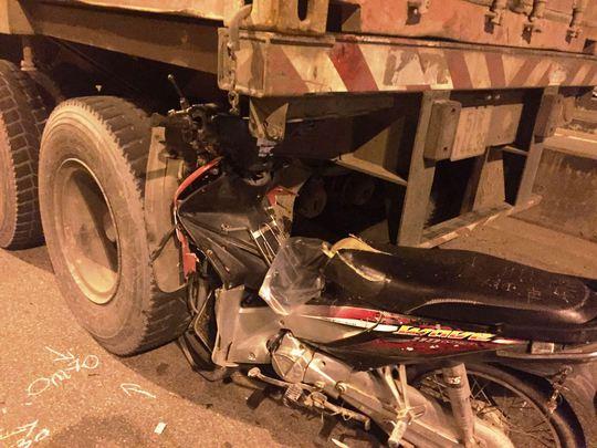 Xe máy găm vào đuôi container, một thanh niên tử vong - Ảnh 3.