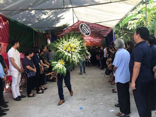 Những vòng hoa trắng tiễn đưa phóng viên Đinh Hữu Dư về đất mẹ - Ảnh 6.