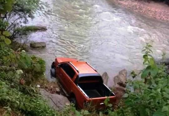 Phát hiện người đàn ông chết dưới suối gần chiếc ô tô bán tải - Ảnh 1.