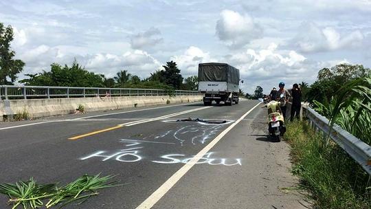 Dân vẽ cảnh báo nguy hiểm trên đường tránh BOT Cai Lậy - Ảnh 1.