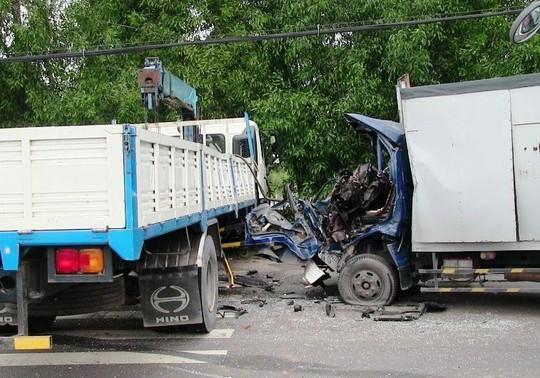 Cứu tài xế xe tải sau cú tông kinh hoàng - Ảnh 2.
