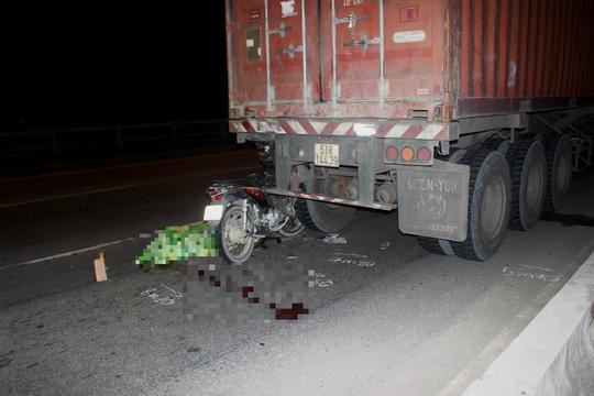 Xe máy găm vào đuôi container, một thanh niên tử vong - Ảnh 1.
