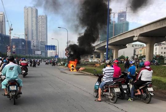 Xe máy cháy như đuốc, chủ xe bỏ đi sau sự cố - Ảnh 2.