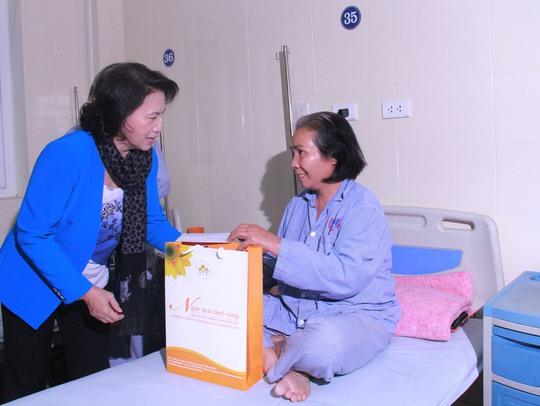 Bệnh nhân xúc động được tặng quà, tiễn lên xe về quê ăn Tết