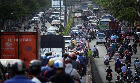 Khoảng 15 giờ, đường Cộng Hòa hỗn loạn theo cả hai hướng, xe cộ chen nhau chạy lộn xộn tại các nút giao thông khiến có lúc xe kẹt cứng, hàng ngàn người chôn chân dưới nắng.
