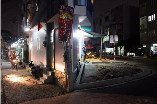 Mặt căn nhà khác sở hữu hai mặt tiền, nhưng bên đường hẻm quá thấp với ngôi nhà, còn đường Phan văn Hân lại cao hơn nhà khoảng 0,5m khiến chủ nhà khó khăn khi sử dụng cả hai cửa.