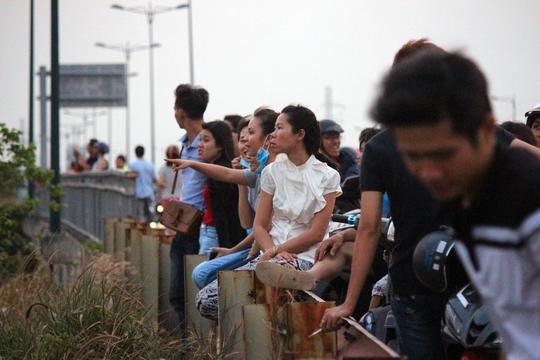 Mặc dù khá nguy hiểm, nhưng thành cầu, các rào chắn ven đường là chỗ ngồi lý tưởng được nhiều người lựa chọn.
